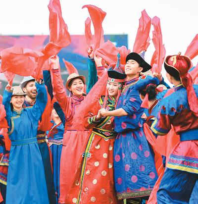 """2019年8月7日,内蒙古自治区通辽市,演员在""""守望相助 绿色发展""""敖包相会主题活动开幕式上尽情歌舞。   丁根厚摄(人民视觉)"""
