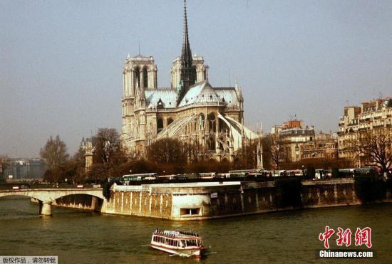 资料图:遭大火侵袭之前的巴黎圣母院。