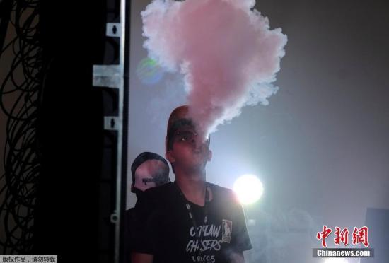 资料图:一名男子在吸食电子烟。资料图:一名男子在吸食电子烟。