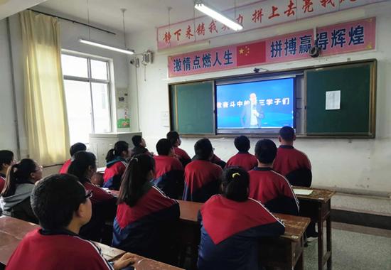 俞敏洪面向甘肃省3000众名门生带来双师直播课