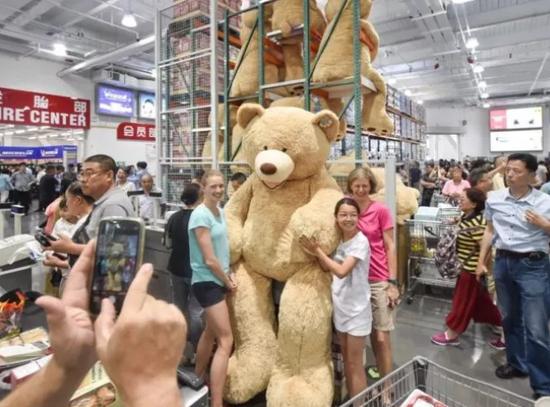 来自德国的Karin购买了身高2.36米的坐姿绒毛玩具熊