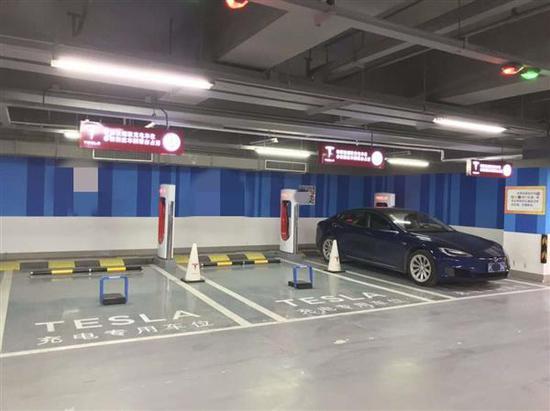 特斯拉在中国的超级充电站部署地锁 老外得知很羡慕