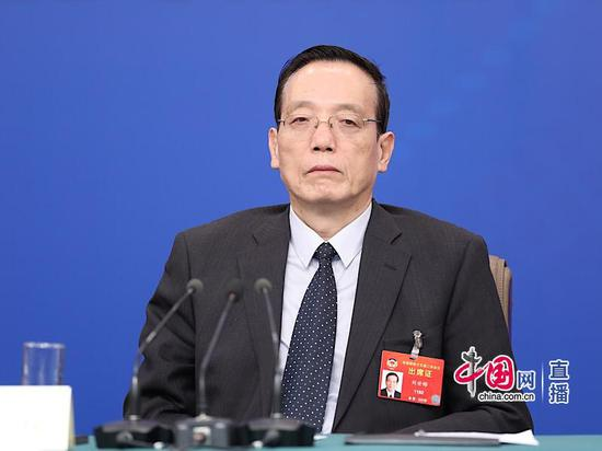 刘世锦:民企发展遇名义上平等、实际上不平等潜规则