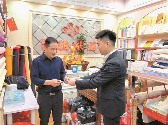 深圳农商银行客户经理下沉社区。