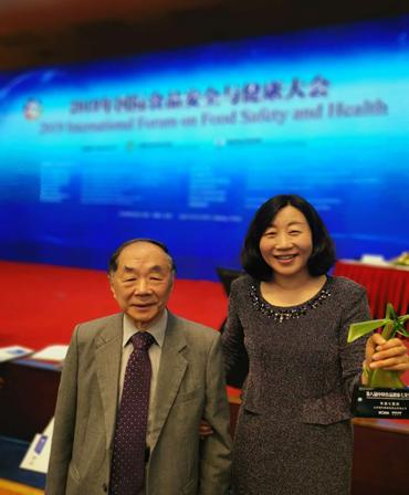 便利蜂此次荣获第八届中国食品健康七星奖以及便利蜂在食品安全管控方面的成绩和对中国食品安全实现智能化管理所作出的贡献,得到了中国食品科学技术学会的领导、中国食品营养与健康首席科学家以及国际食品科技联盟主席的肯定和祝贺