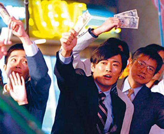 电影《重返泡沫时代》中表现的上班族站街边挥着钞票打车的场景。来源:腾讯信息。