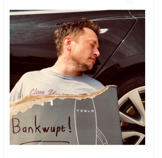 马斯克发布的自己昏倒在一辆Model 3旁边的照片