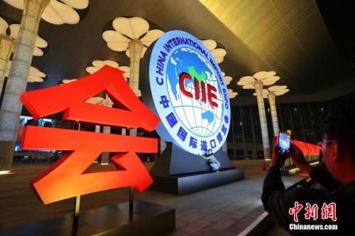 原料图:2018首届中国国际进口博览会主题灯光试灯、调试。 中新社记者 张亨伟 摄