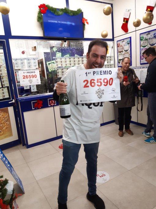 图为一位买中头奖号码的彩民