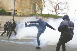 12月3日,法国巴黎,法国救护车司机与法国防暴警察对峙 视觉中国图