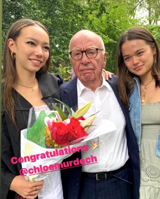 邓文迪晒小女儿高中毕业照 90岁前夫默多克现身出席孩子毕业礼