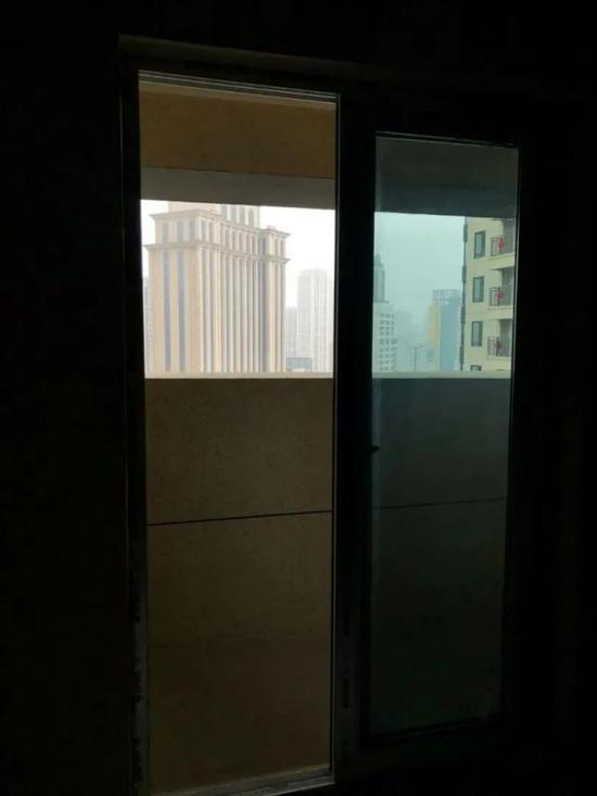 中海楼盘建筑腰线墙体遮挡阳台:承认设计缺陷 但建议业主自行拆除