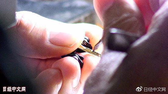 日本工匠用手向探针上装配悬臂梁(原料图)