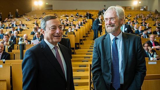 2018年3月14日,德国法兰克福,欧洲央行行长德拉吉(左)与欧洲央行首席经济学家普拉特(Peter Praet)共同出席会议。图片来源:视觉中国