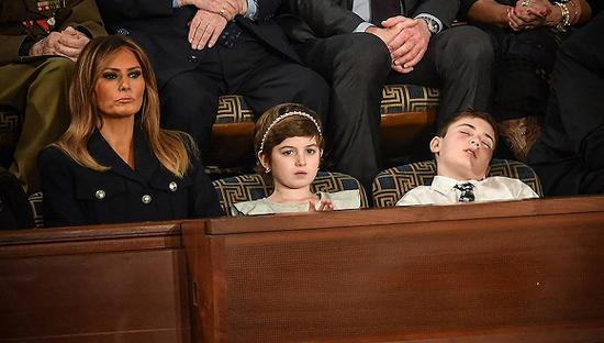 2月5日,特朗普发表国情咨文现场,特邀观众、11岁的约书亚(Joshua Trump)在打瞌睡。此前,约书亚因姓氏在学校被霸凌。图片来源:视觉中国