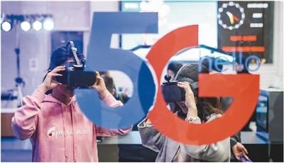 10月31日,中国移动、中国电信、中国联通正式发布各自的5G套餐。图为在中国电信北京公司朝阳门营业厅,消费者在体验5G云VR视频。   新华社记者 沈伯韩摄