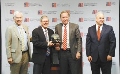 图为6月12日,尼尔·布什(左三)在亚特兰大为美国前总统卡特颁发首届美中关系卓越领袖奖,其子詹姆斯·卡特(左二)代为领奖。 本报记者 张梦旭摄