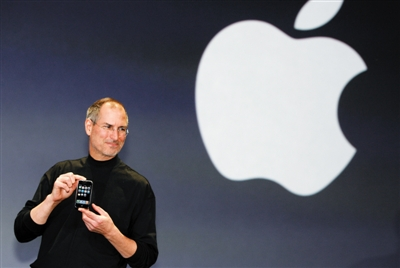 2007年1月9日,美国加利福尼亚州旧金山,苹果公司CEO史蒂夫・乔布斯发布iPhone手机。图/视觉中国