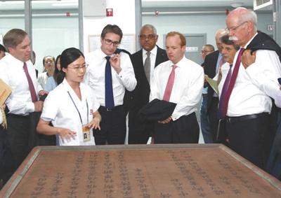图为2018年6月,帕特里斯·凯恩(左三)在故宫宝蕴楼参观。 资料图片