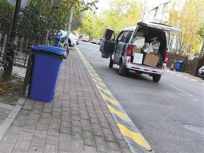 昨日中午,涉事培训机构春甜学院门前,一辆面包车拉走数台美牙仪及部分耗材。新京报记者 王飞翔 摄