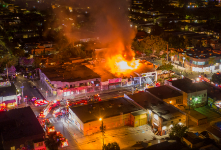 5月30日,添州洛杉矶费尔法克斯区的企业被纵火