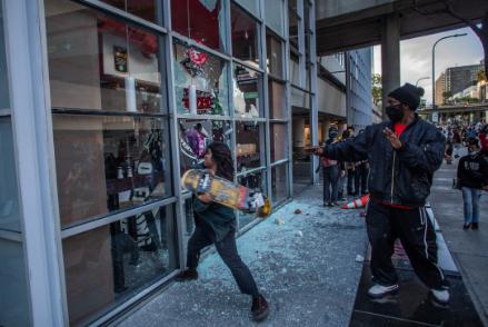 5月30日,示威者用滑板损坏洛杉矶市中央的一家餐厅