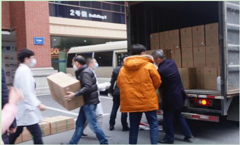 南華期貨董事長羅旭峰攜員工與浙大二院醫生們共同搬運物資