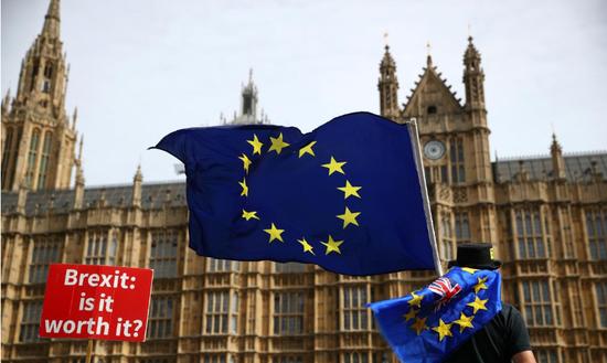 2018年9月10日,英国伦敦,手持旗帜和标语牌的示威者在议会大厦外反对英国脱欧 REUTERS/Hannah McKay