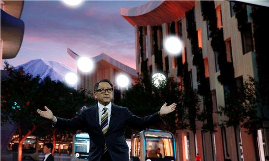 """2020年1月6日,美国拉斯维加斯,丰田汽车社长丰田章男在消耗电子展(CES)上宣布名为""""编织城市""""(Woven City)的时尚计划"""