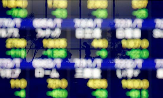 2018年10月11日,日本东京,一家券商营业部在楼外大屏幕上显示的股票信息。REUTERS/Kim Kyung-Hoon