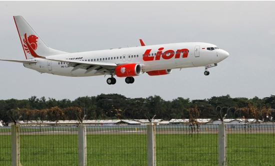 原料图片:2013年1月,印尼丹格朗,一架狮航旗下的波音飞机准备下落苏添诺-哈达国际机场。REUTERS/Enny Nuraheni