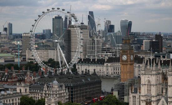 原料图片:2017年8月,英国伦敦,伦敦眼、大本钟和金融区天际线。REUTERS/Hannah McKay