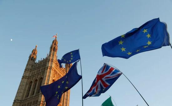 ▲2月14日,在英国伦敦,人们在议会大厦外手举英国与欧盟旗帜。新华社记者 韩岩 摄