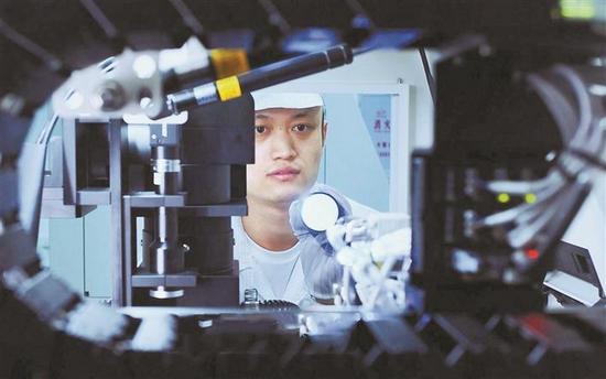 近日,深圳专精特新企业杰普特的科研人员正在进行研究。