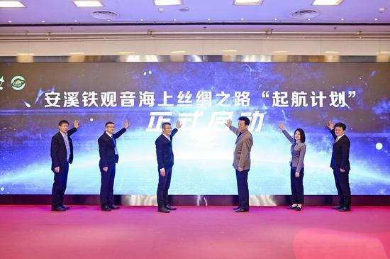 """安溪县县长吴毓舟(左2)和有关领导共同启动安溪铁观音海上丝绸之路""""启航计划""""。"""