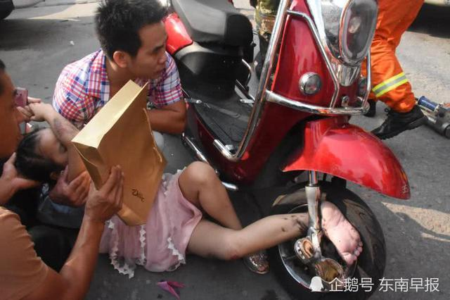 晋江9岁小女孩脚被卷进电动车前轮 消防员将其救出