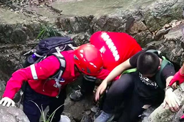 福州:中秋夜志愿者两度钻进深山 营救被困学生和游客