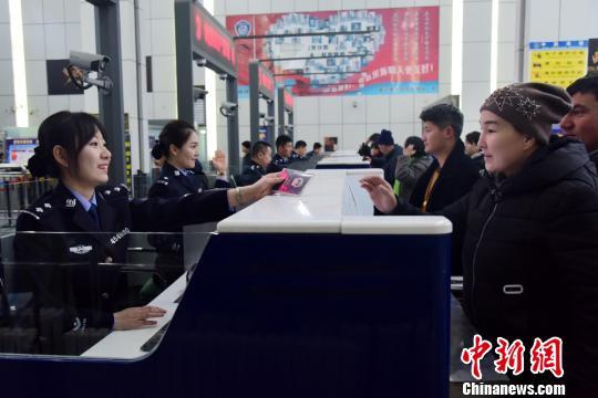 霍尔果斯出入境边防检查站民警换着新装后执行检查任务。 张佳 摄