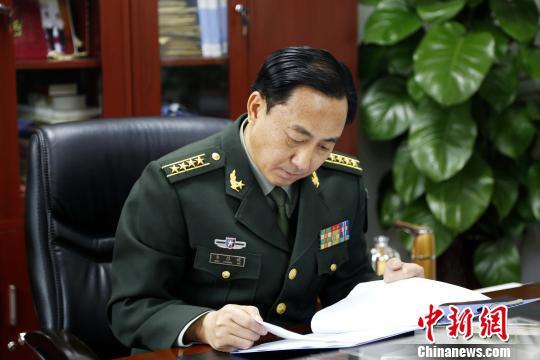 如今,韦昌进依然身着军装活跃在部队。图为他工作时的场景。 沙见龙 摄