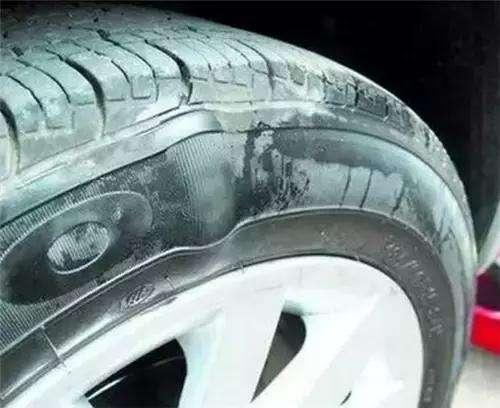 正常行驶时,汽车为什么会爆胎?老司机:这4种情况要注意!