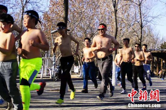 """原料图:8日,北京奥森公园展现了一群""""赤膊""""跑者。 主理方供图"""