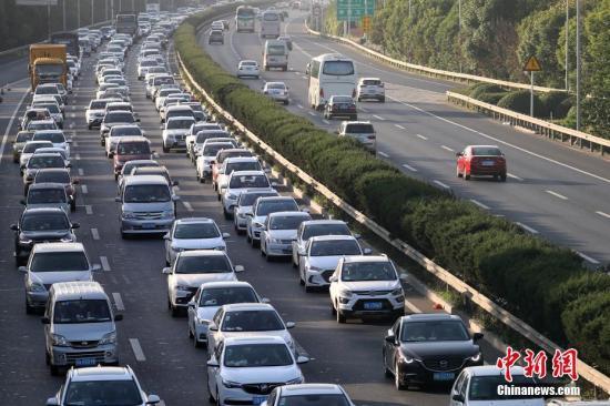 原料图:车辆在高速公路优势走。</p> <table style=