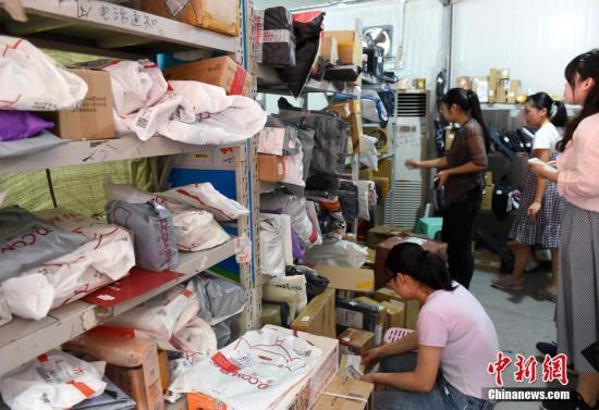 工作人員正忙碌著整理快遞。 周毅 攝