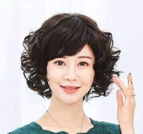 50岁女人短发最新发型_女人过了50岁,别错过3类\