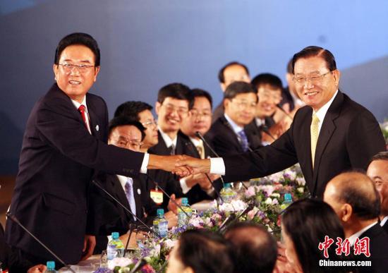 """原料图:2008年11月4日,大陆海协会会长陈云林与台湾海基会董事长江丙坤在台北举走第二次""""陈江座谈"""",这是两会领导人始次在台湾举走座谈。中新社记者 洪少葵 摄"""