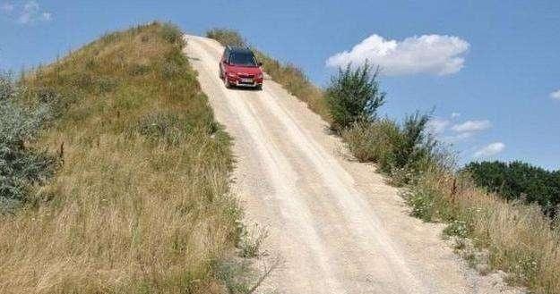 自动挡汽车下坡时 别一直踩脚刹控制速度