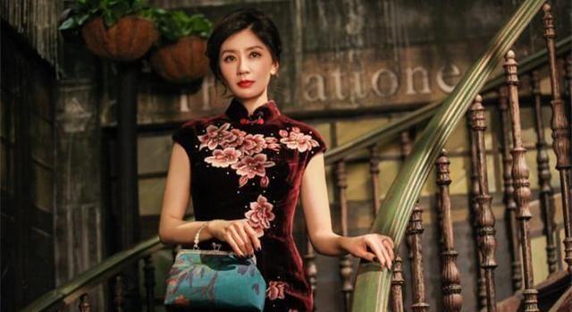 本以為劉亦菲穿旗袍已經夠美了,直到看見賈靜雯,網友坐不住了