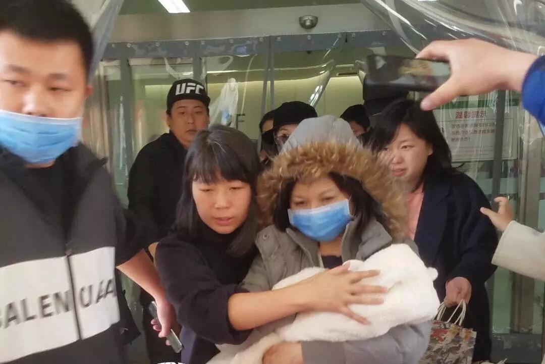 趙麗穎產后首次現身狀態良好 工作人員護住孩子正面防曝光