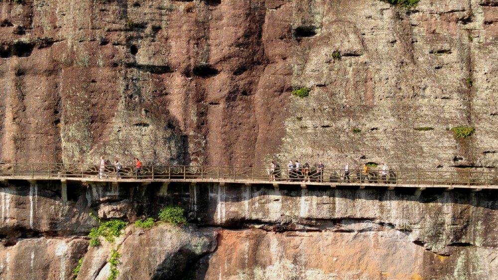 梅州这山建了一条悬崖小道 走起路象腾云驾雾 畏高人士止步