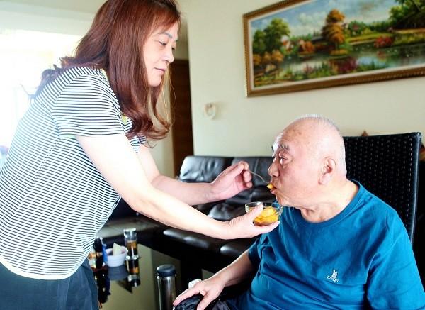 半瘫病人护理_上海好媳妇服侍半瘫公公 整整10年没离开过家